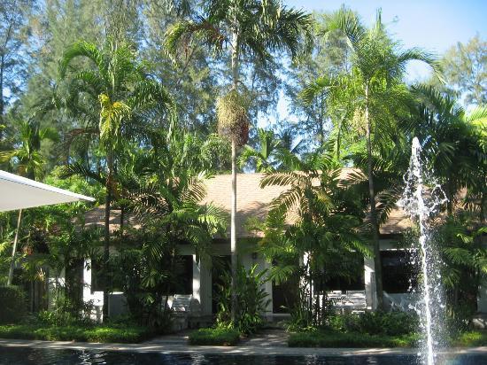 Nai Yang Beach Resort and Spa: Территория отеля
