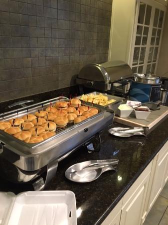 Homewood Suites by Hilton Boston Cambridge-Arlington: evening snack buffet