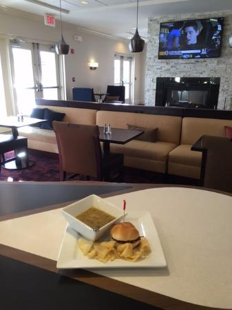 Homewood Suites by Hilton Boston Cambridge-Arlington: lounge / dining area