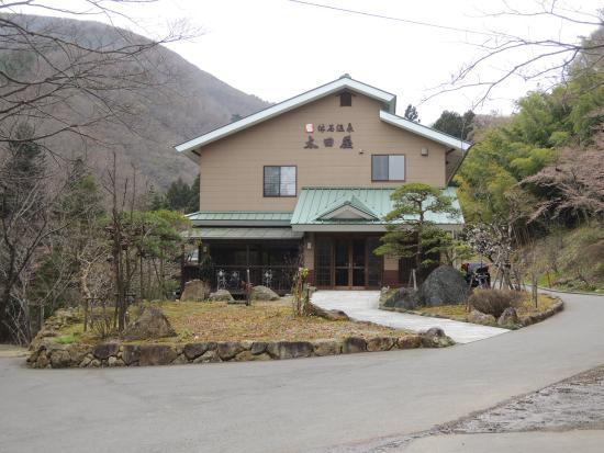 Yasumiishi Onsen Otaya: バス停、もしくは駐車場から見た、大田屋全景