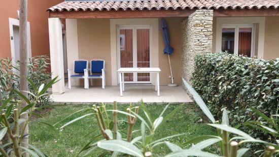 Résidence Odalys Le Mas des Flamants: Voici la vue que les passants ont sur votre terrasse et salle à manger..