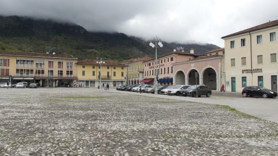 Maniago, Włochy: lato orientale ( vedasi la Loggia)