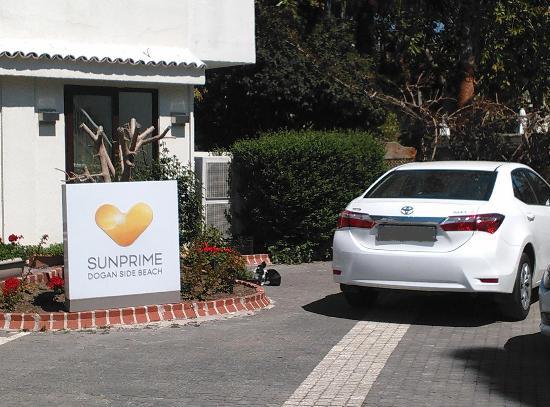 Sunprime Dogan Side Beach: Hotel entrance (Notice the rabbit having breakfast?)