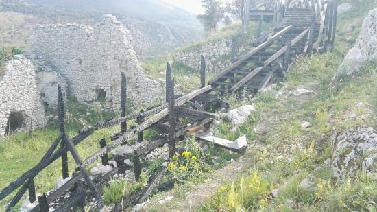 Roccasecca, Italia: Posto da vedere senz'altro, peccato per i vandali che si son divertiti a dar fuoco a tanto lavor