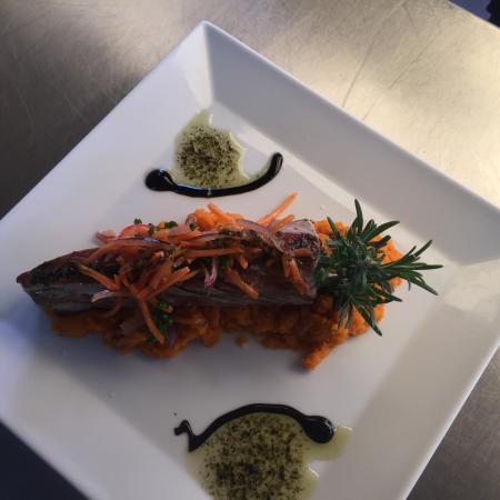 Steak de thon à la plancha purée de carotte au gingembre.
