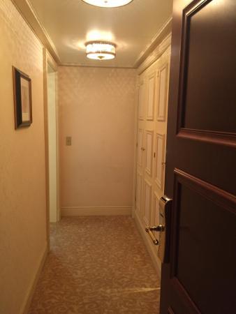 Entrée de la chambre, 1 couloir parfait avec ses placards, bar...