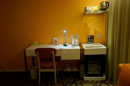 work desk and mini bar area picture of green world hotel zhonghua rh tripadvisor com