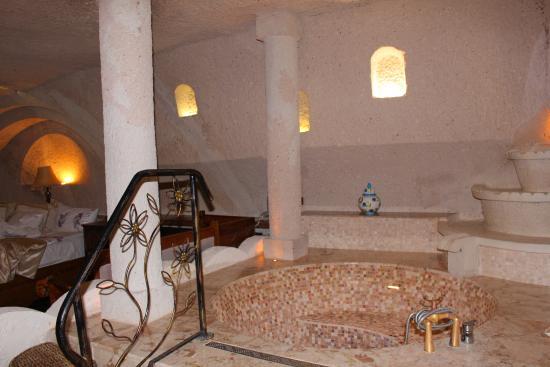Gamirasu Cave Hotel: The Ottoman style bathtub, perfect for royalty bathing!