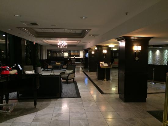 Crowne Plaza Costa Mesa Orange County: Lobby looking toward the bar