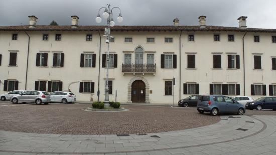 Maniago, Włochy: Vista frontale segnante la piazza intera