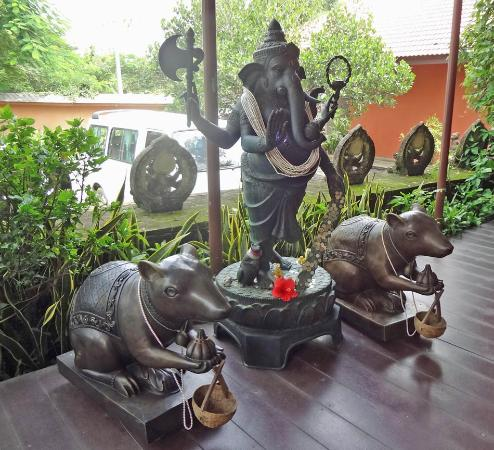 Ganesh Museum: Worshiping Area Near The Main Entrance To The Complex.