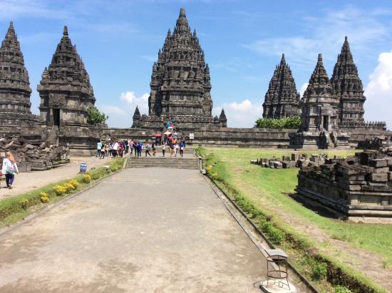 地震で崩れた遺跡の石 - Picture of Prambanan Temples, Prambanan ...