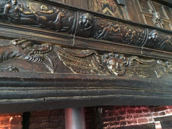 Elham, UK: Beautifully carved fireplace mantel