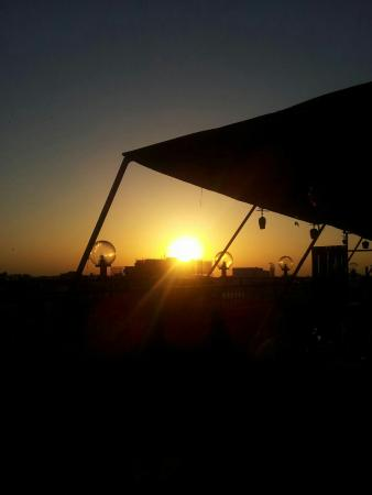 S&B East Inn Hotel : Rooftop Sonnenuntergang  gut zum feiern und gemütlich etwas Trinken. Frühstück wird dort auch se