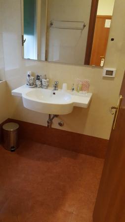 Bagno: piccolo ma confortevole - Picture of Villini Luxury Rooms ...