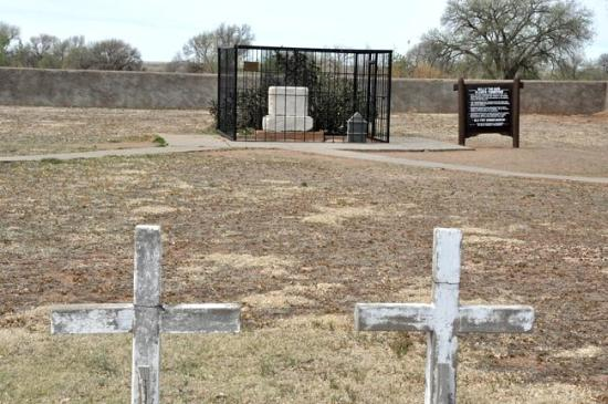 Fort Sumner, Nuevo Mexico: View of Billy the Kid's grave & cemetery.