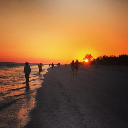 Pine Cove of Sanibel: Perfect for a stroll with a beverage before dinner