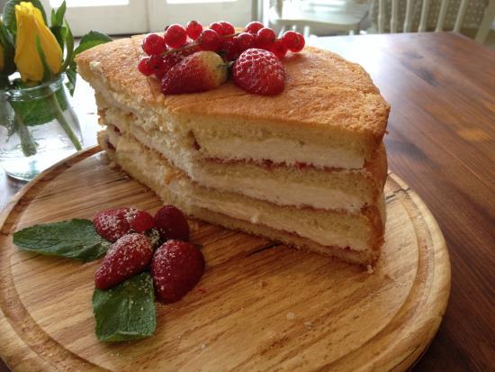 Mad Hatter Cafe: Fresh jam&cream sponge