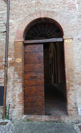 Fabriano, Ιταλία: la porta di accesso al chiostro
