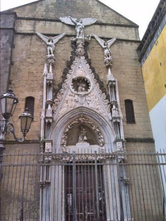Cappella Pappacoda: Un piccolo gioiello dell'architettura gotica a Napoli. bellissima nonostante l'incuria