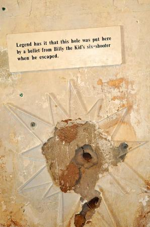 Lincoln, Nuevo Mexico: Bullet hole from Billy the Kid during his escape.