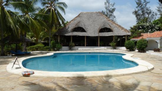 Villas Watamu Resort: Pool mit Restaurant
