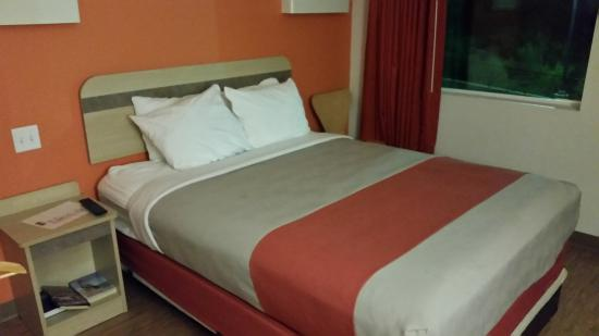 Motel 6 Marble Falls: IKEA meets dorm room decor