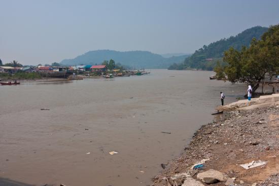 Kalimantan, Ινδονησία: Борнео, река Саравак. Дети ждут лодку по дороге из школы домойв рыбацкая деревню