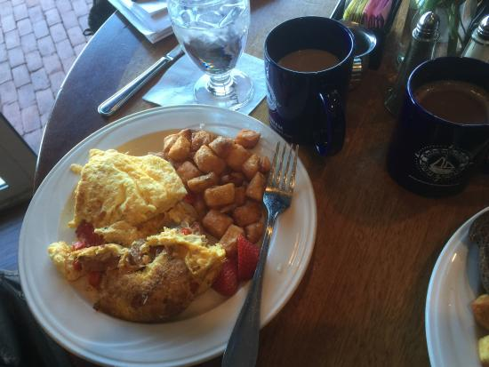 Regatta Pub at Salem Waterfront Hotel: Daily Omelette (Andouille Sausage) and Home Fries