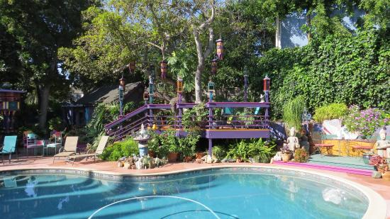 Hollywood Bed & Breakfast: Amazing artwork and grounds around the pool.