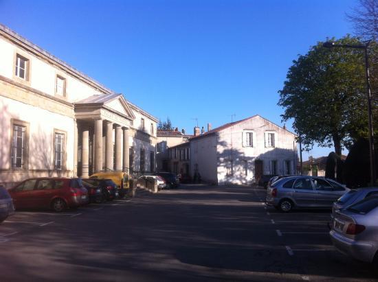 Castelnaudary, Fransa: La terrasse; place du Palais de Justice.