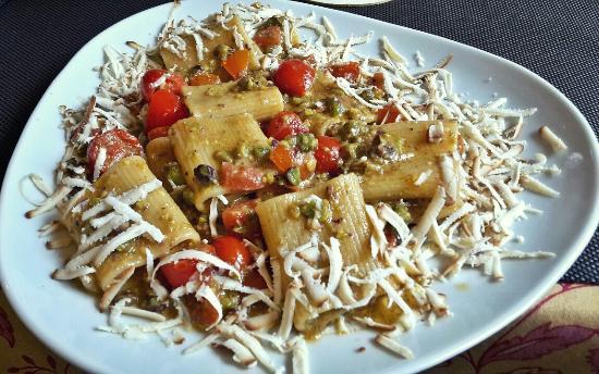 OSTERIA IN CONTRADA : Paccheri con pomodorini, pesto di pistacchi e ricotta affumicata