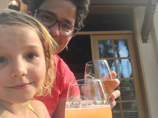Ojai, Καλιφόρνια: My daughter and I relaxing on the veranda of room #101, me with wine and her with papaya mango n