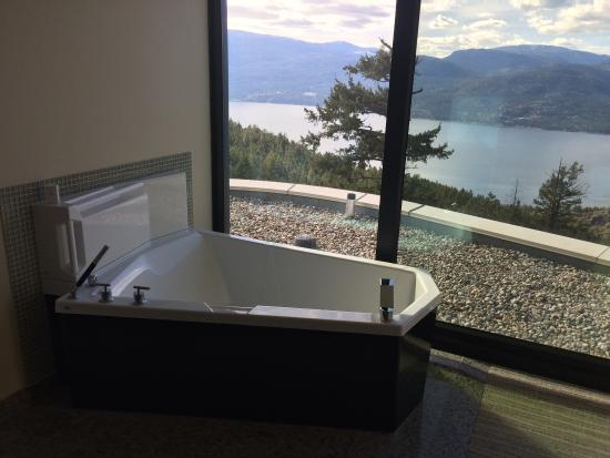 """Vernon, كندا: Paid the extra for """"lake view"""" and recommend. Didn't use the in-room spa but room very nice. Nee"""