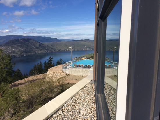 """Vernon, Canada: Paid the extra for """"lake view"""" and recommend. Didn't use the in-room spa but room very nice. Nee"""