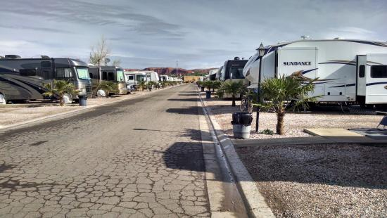 Temple View RV Resort: Row of RVs