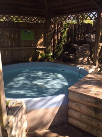 Cosy Cottage Thermal Holiday Park Rotorua: One of the hotter hot tubs