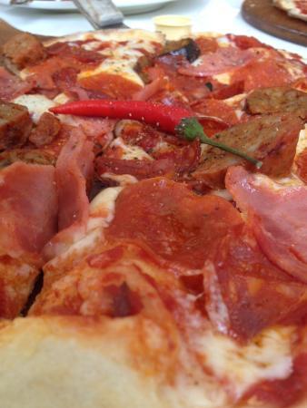 Coombs, Canadá: Vesuvio pizza - pepperoni, hot Italian sausage, spicy salami, hot capicollo