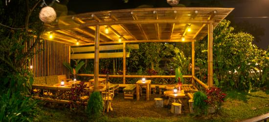 Mindo Casa de Piedra: New Bamboo Lounge, great for cocktails 2X1