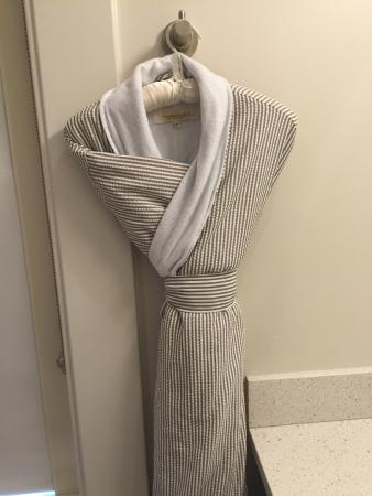 Hotel Parq Central: Robes in the bathroom