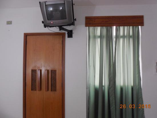 Hotel Joamar: Televisão pequena e armário