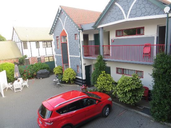 Amross Court Motor Lodge: off street parking