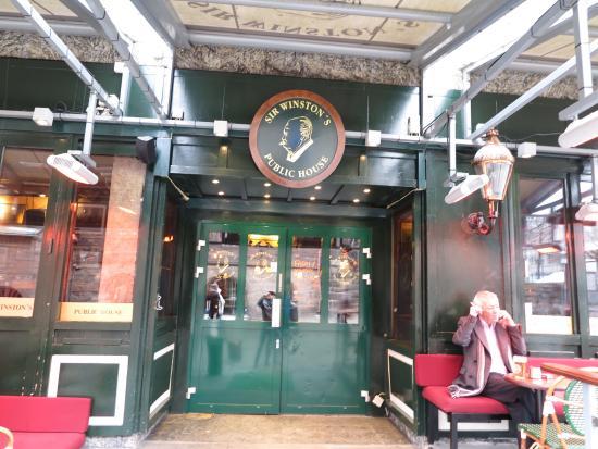 Sir Winston's Public House: ด้านหน้าประตู ทางเข้าไปยังภายใน ร้านครับ