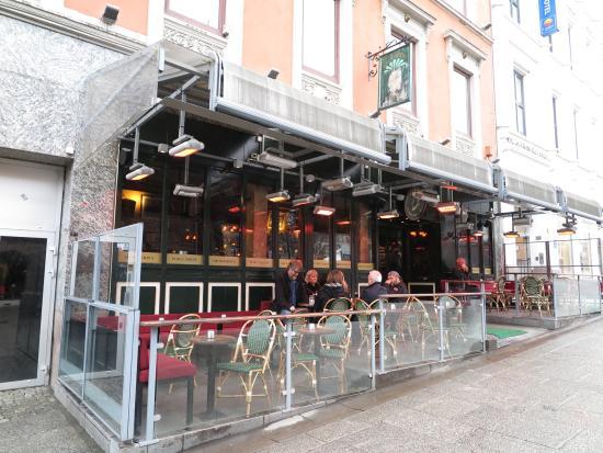 Sir Winston's Public House: มีพื้นดที่ด้านนอกให้นั่ง ดื่มและชม วิว หรือผู้คนที่เดินช็อปปิ้ง บน ถนนนี้ ครับ