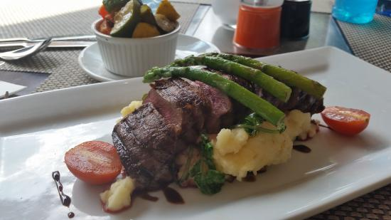Southern Sun O.R Tambo International Hotel: This was an Springbuck steak, absolutely delicious ! Cooked to perfection (medium rare)