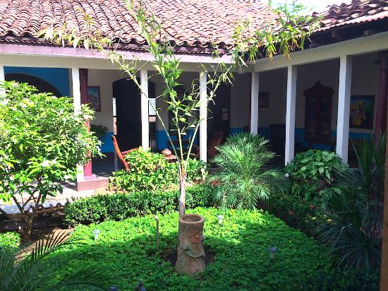Harvest House Nicaragua: Little garden just beyond front entryway