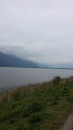 Pitt Meadows, Canadá: Lake and mountain view.