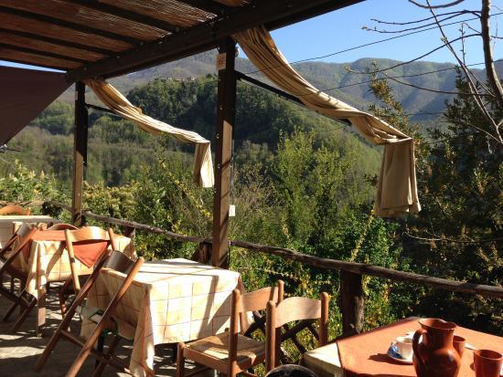 Vergemoli, Italië: paesaggio tavoli all'aperto