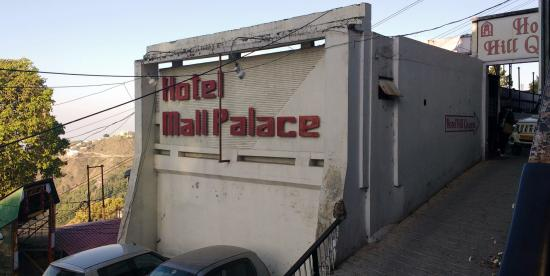 Hotel Mall Palace: The parking area.