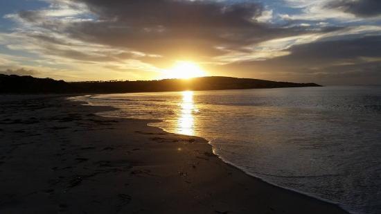 Emu Bay Holiday Homes: Beach at dusk